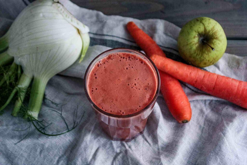 Frischer Saft aus Fenchel, Karotte, Wassermelone, Apfel und Gurke