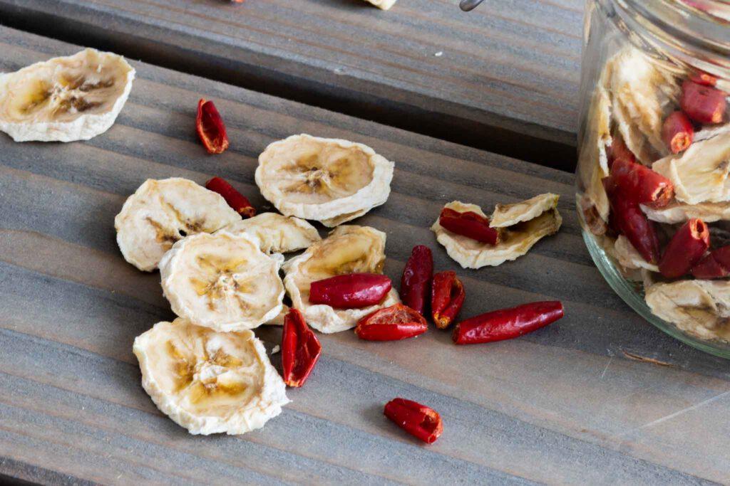 Gedörrte Bananen und Hagebutten